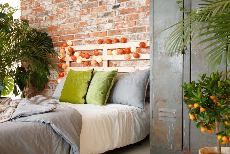 Κρεβάτι και ντουλάπι στοκ εικόνες