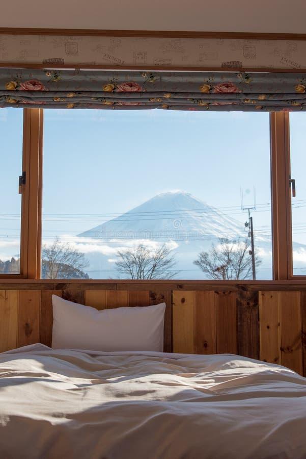 Κρεβάτι με την ΑΜ Άποψη του Φούτζι ως υπόβαθρο έξω από το παράθυρο στοκ εικόνες με δικαίωμα ελεύθερης χρήσης