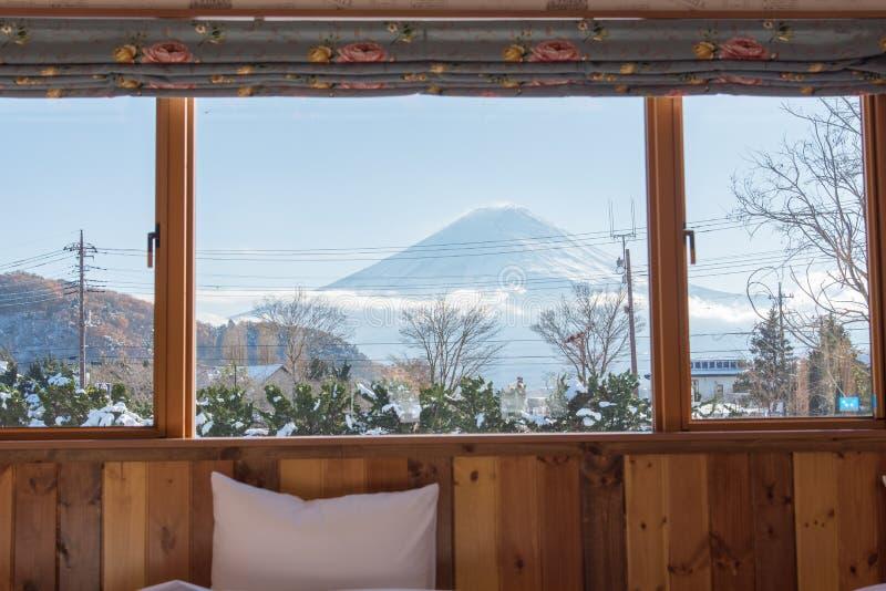 Κρεβάτι με την ΑΜ Άποψη του Φούτζι ως υπόβαθρο έξω από το παράθυρο στοκ εικόνες