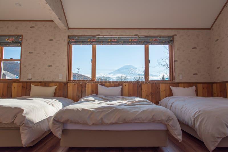 Κρεβάτι με την ΑΜ Άποψη του Φούτζι ως υπόβαθρο έξω από το παράθυρο στοκ φωτογραφία με δικαίωμα ελεύθερης χρήσης