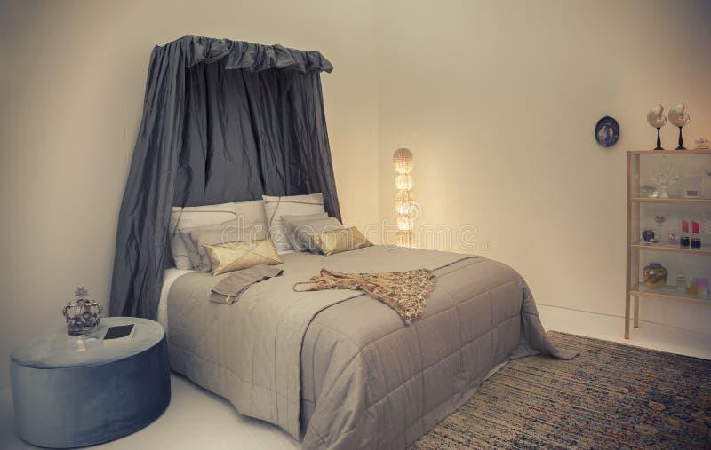 Κρεβάτι στο κλασικό ύφος στοκ εικόνα