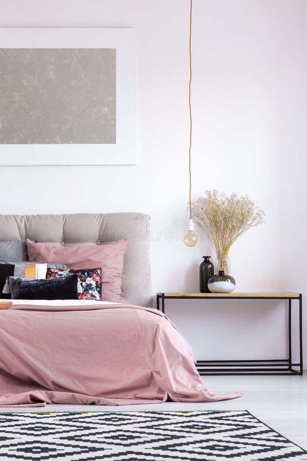 Κρεβατοκάμαρα κρητιδογραφιών με το λαμπτήρα χαλκού στοκ φωτογραφία με δικαίωμα ελεύθερης χρήσης
