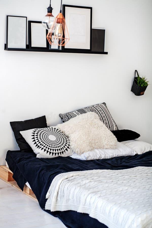 Κρεβατοκάμαρα με ένα κρεβάτι τα πνευματικά δικαιώματα έννοιας σχεδιάζουν το εσωτερικό το πρόγραμμα αριθ στοκ φωτογραφία με δικαίωμα ελεύθερης χρήσης