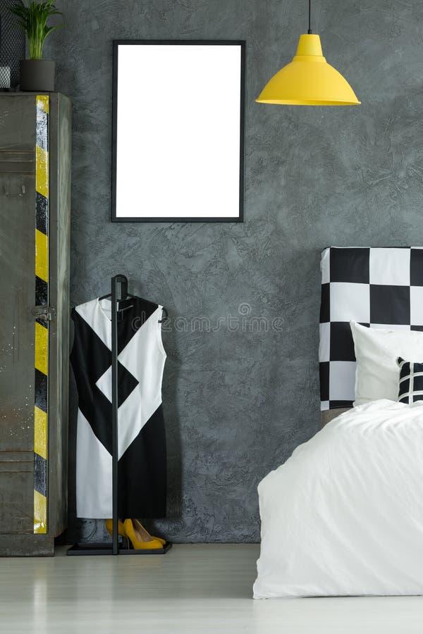 Κρεβατοκάμαρα με τον κίτρινο λαμπτήρα στοκ εικόνες με δικαίωμα ελεύθερης χρήσης