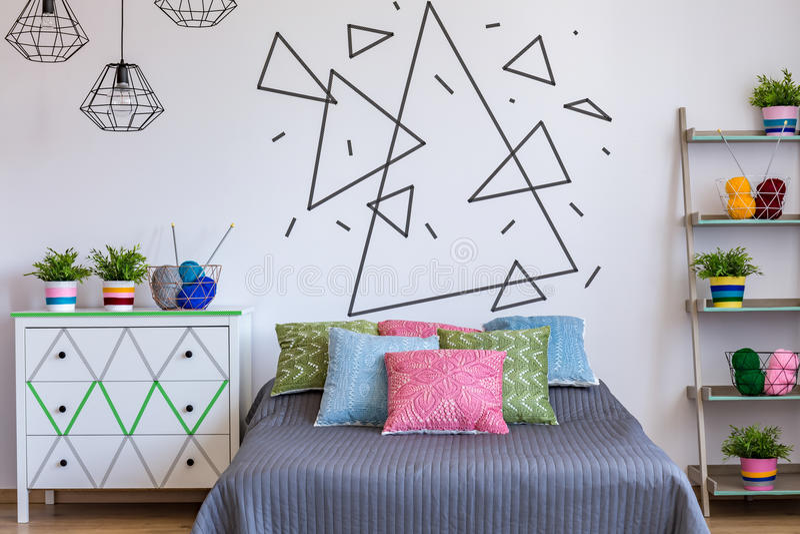 Κρεβατοκάμαρα με το ζωηρόχρωμο κρεβάτι στοκ φωτογραφίες