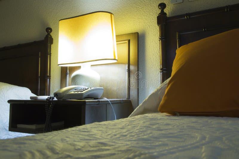 Κρεβατοκάμαρα ξενοδοχείων τη νύχτα στοκ εικόνα