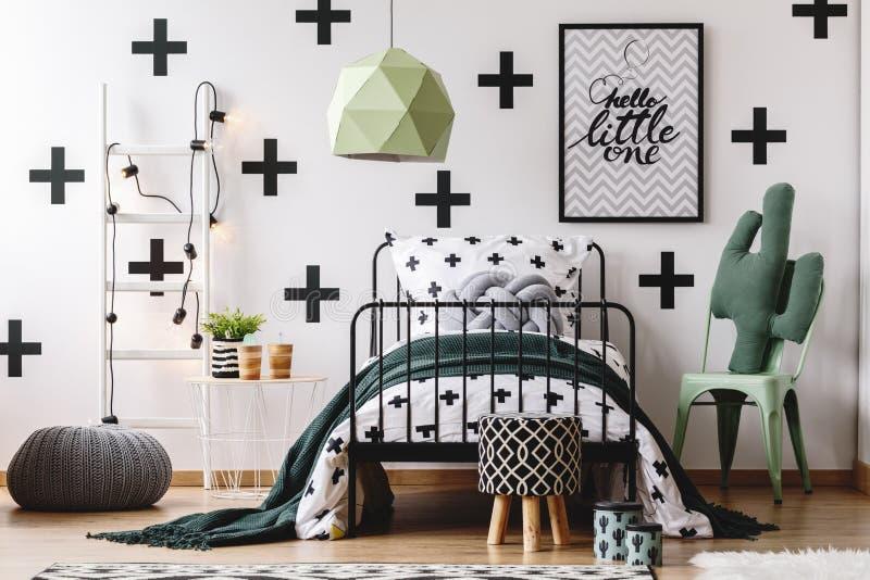Κρεβατοκάμαρα παιδιών ` s με τις πράσινες εμφάσεις στοκ εικόνες