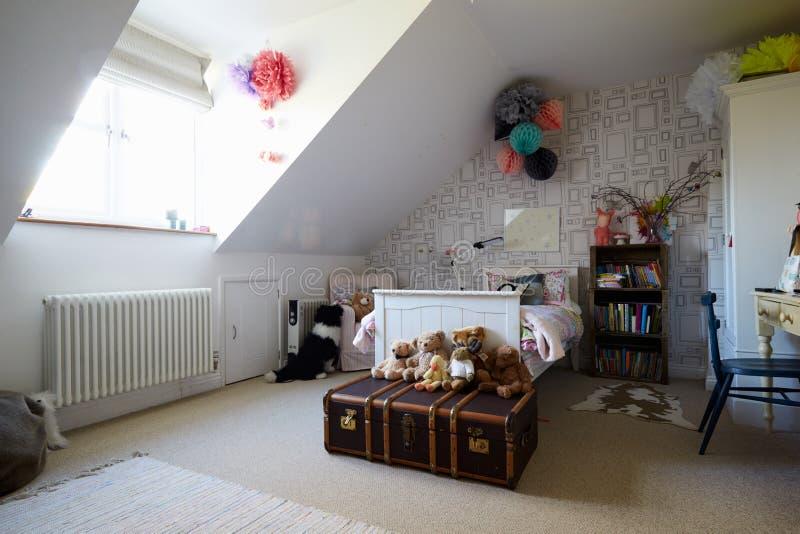 Κρεβατοκάμαρα παιδιού στη σύγχρονη οικογενειακή κατοικία στοκ φωτογραφίες με δικαίωμα ελεύθερης χρήσης