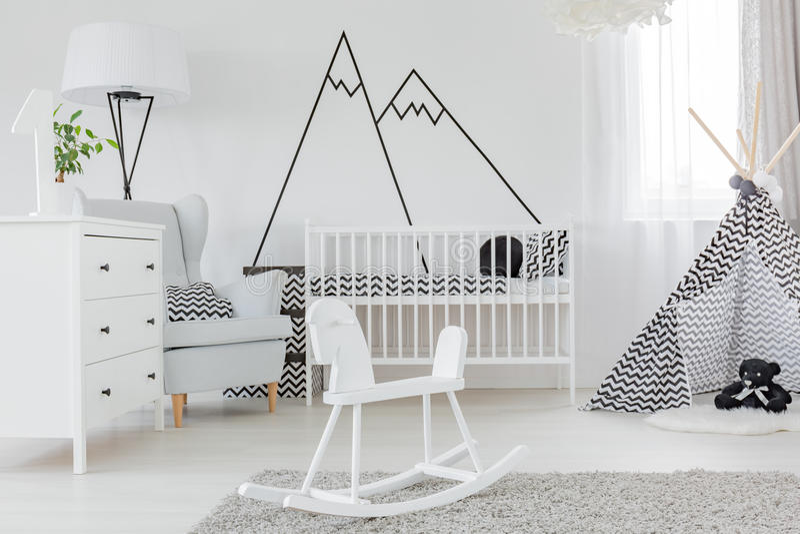 Κρεβατοκάμαρα παιδιών με τον τοίχο decal στοκ φωτογραφίες με δικαίωμα ελεύθερης χρήσης