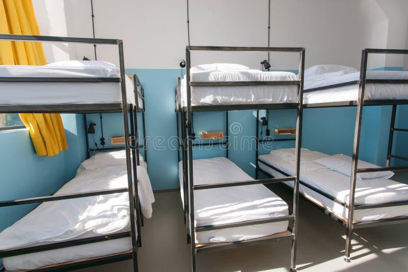 Κρεβατοκάμαρα σπουδαστών χωρίς ανθρώπους μέσα σε έναν ξενώνα για τα backpackers και τον πανεπιστημιακό αρχάριο στοκ φωτογραφία με δικαίωμα ελεύθερης χρήσης