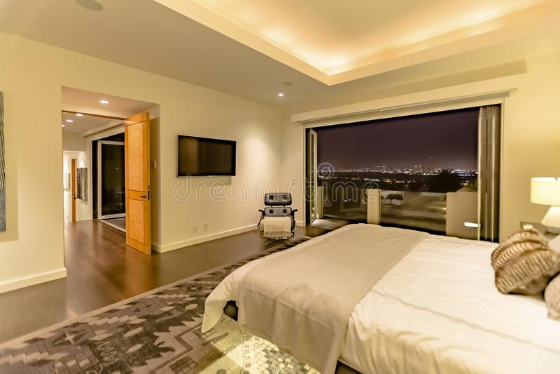 Κρεβατοκάμαρα LIT του σπιτιού Καλιφόρνιας πολυτέλειας στο Σαν Ντιέγκο στοκ φωτογραφία
