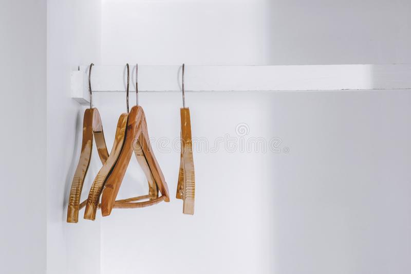 Κρεμάστρες με λευκή ντουλάπα στοκ φωτογραφία με δικαίωμα ελεύθερης χρήσης