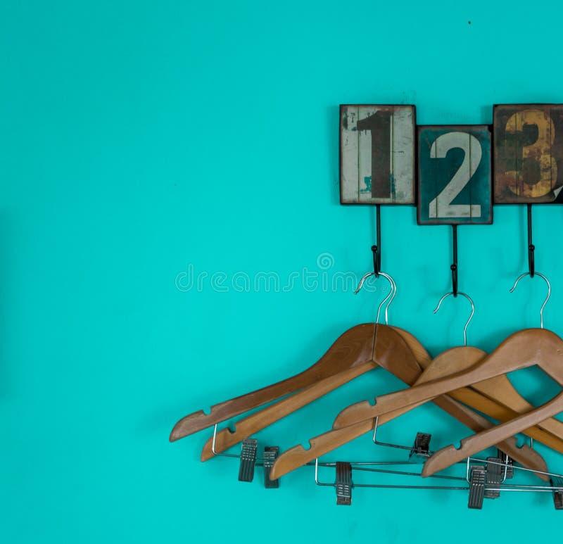 Κρεμάστρες με τους μπλε αριθμούς υποβάθρου στοκ φωτογραφία με δικαίωμα ελεύθερης χρήσης