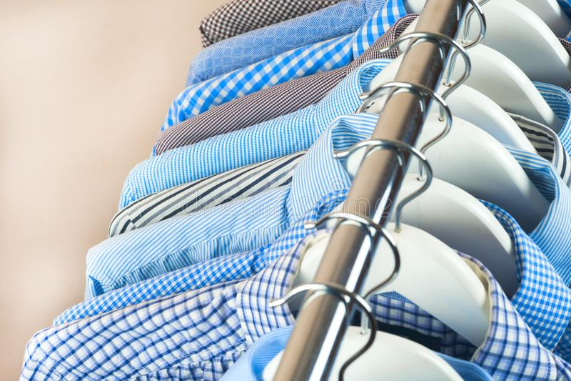 Κρεμάστρες υφασμάτων με τα πουκάμισα Επιχειρησιακά ενδύματα ατόμων ` s Μόδα στοκ φωτογραφίες με δικαίωμα ελεύθερης χρήσης