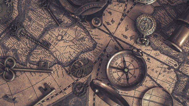 Κρεμαστό κόσμημα πυξίδων στο χάρτη Παλαιών Κόσμων στοκ φωτογραφία με δικαίωμα ελεύθερης χρήσης
