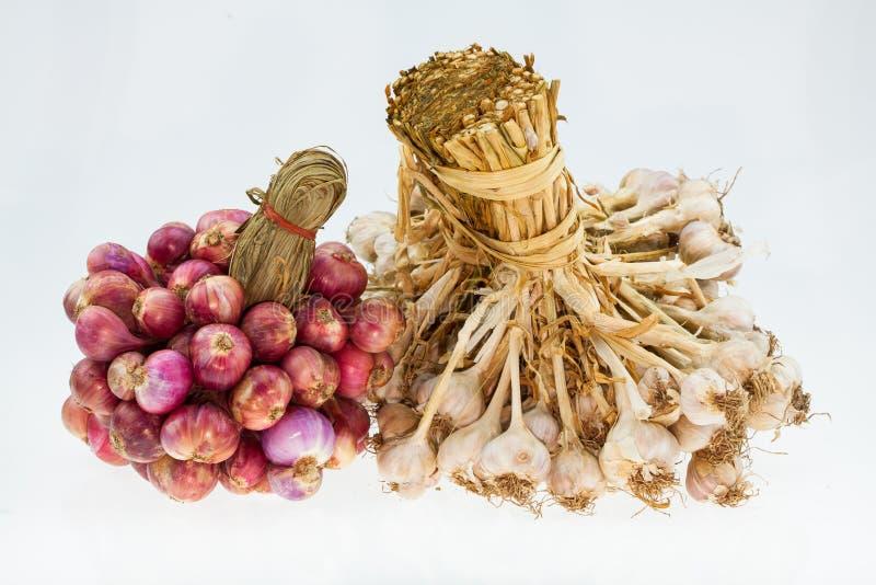 Κρεμμύδια και σκόρδο κρεμμυδιών σε μια ομάδα σχετικά με το άσπρο υπόβαθρο στοκ εικόνα