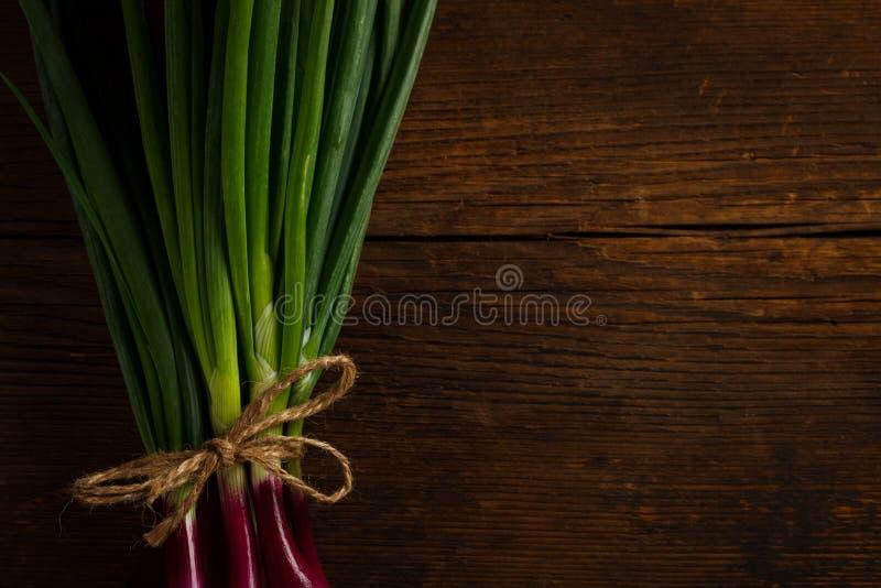 Κρεμμύδια που δένονται με ένα σχοινί στοκ εικόνα με δικαίωμα ελεύθερης χρήσης