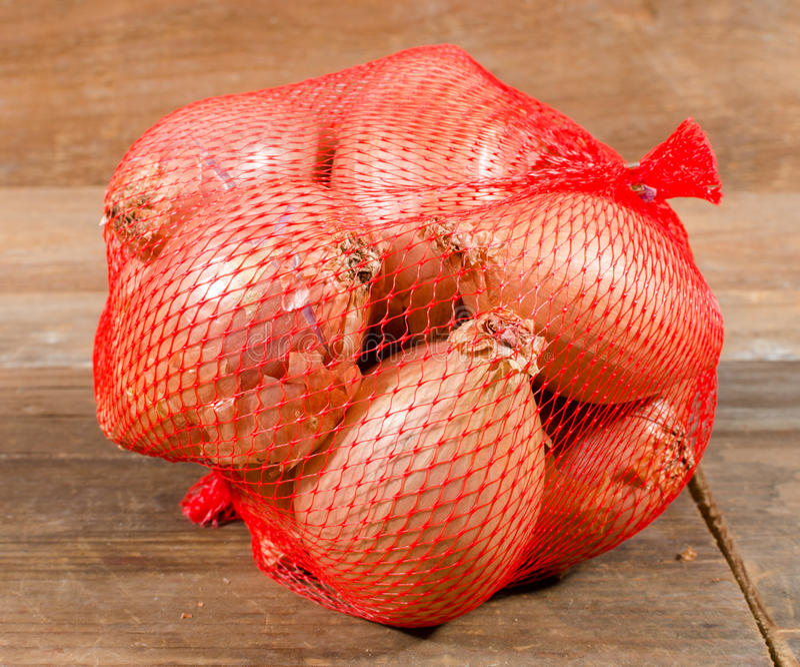 Κρεμμύδια σε ένα δίχτυ στοκ φωτογραφία με δικαίωμα ελεύθερης χρήσης