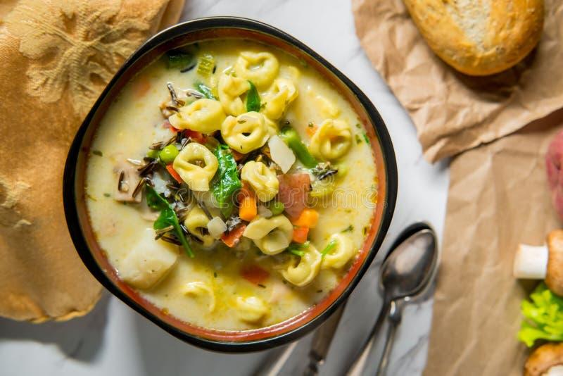 Κρεμώδης σούπα άγριου ρυζιού Tortellini στοκ φωτογραφίες