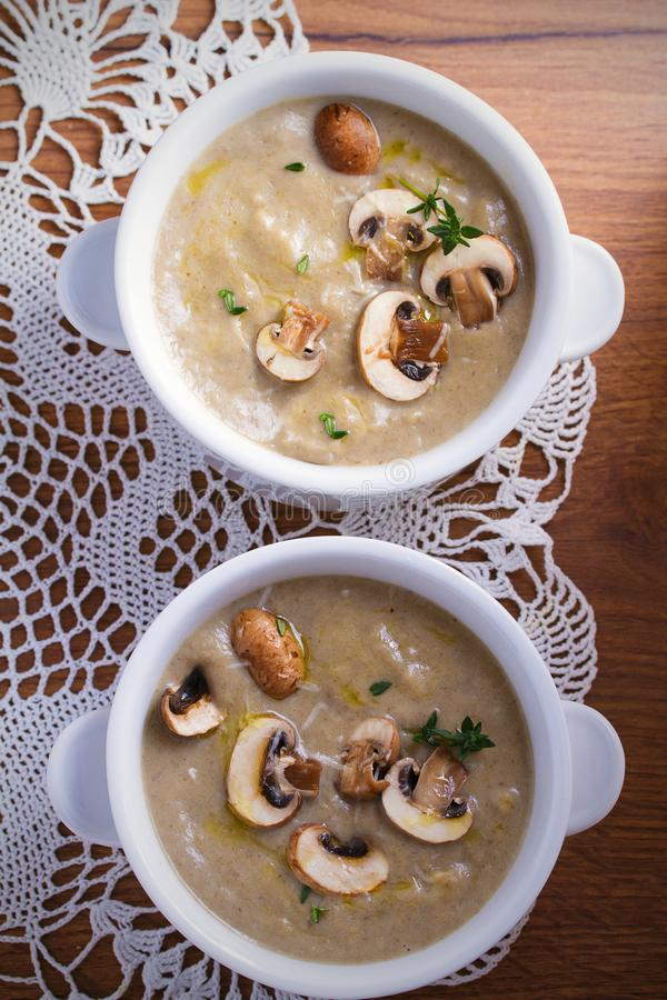 κρεμώδης σούπα μανιταριών Φυτική σούπα μανιταριών με το τυρί θυμαριού και παρμεζάνας στοκ φωτογραφία με δικαίωμα ελεύθερης χρήσης