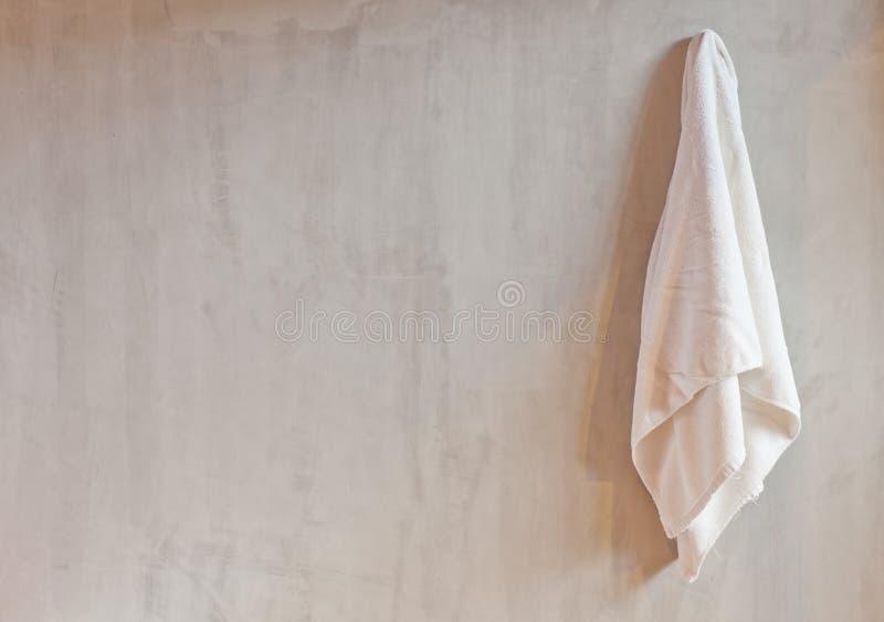 Κρεμώντας άσπρη πετσέτα στοκ φωτογραφίες
