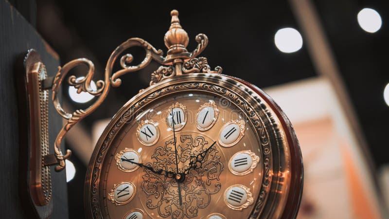 Κρεμώντας διακοσμητικό εκλεκτής ποιότητας ρολόι τοίχων στοκ εικόνες