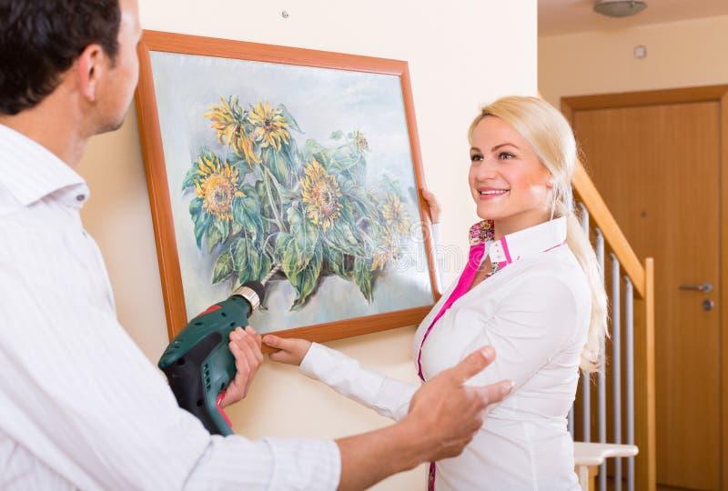 Κρεμώντας εικόνα τέχνης ζεύγους στο πλαίσιο στοκ φωτογραφία
