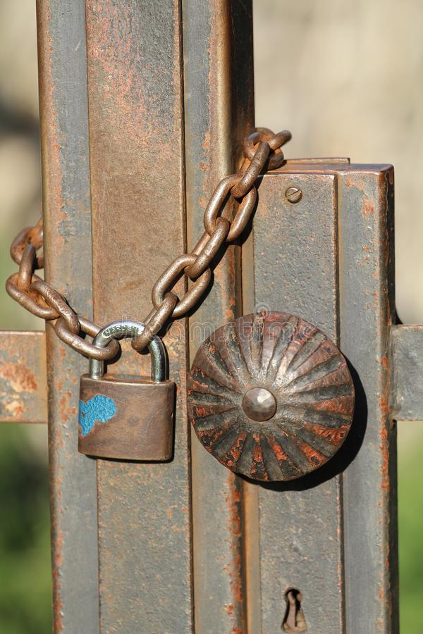 Κρεμώντας κλειδαριά σε μια παχιά αλυσίδα στοκ εικόνα