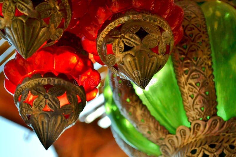 Κρεμώντας κόκκινα, πράσινα και ασημένια ζωηρόχρωμα φανάρια γυαλιού στοκ φωτογραφίες