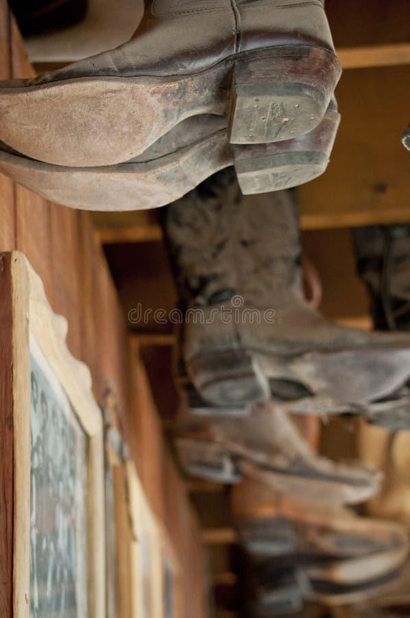 Κρεμώντας μπότες κάουμποϋ στοκ εικόνες