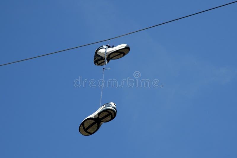 κρεμώντας πάνινα παπούτσια στοκ εικόνες με δικαίωμα ελεύθερης χρήσης