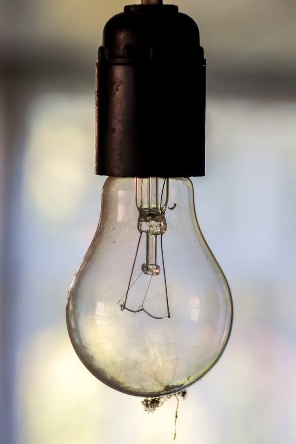Κρεμώντας σκονισμένη λάμπα φωτός στοκ εικόνα