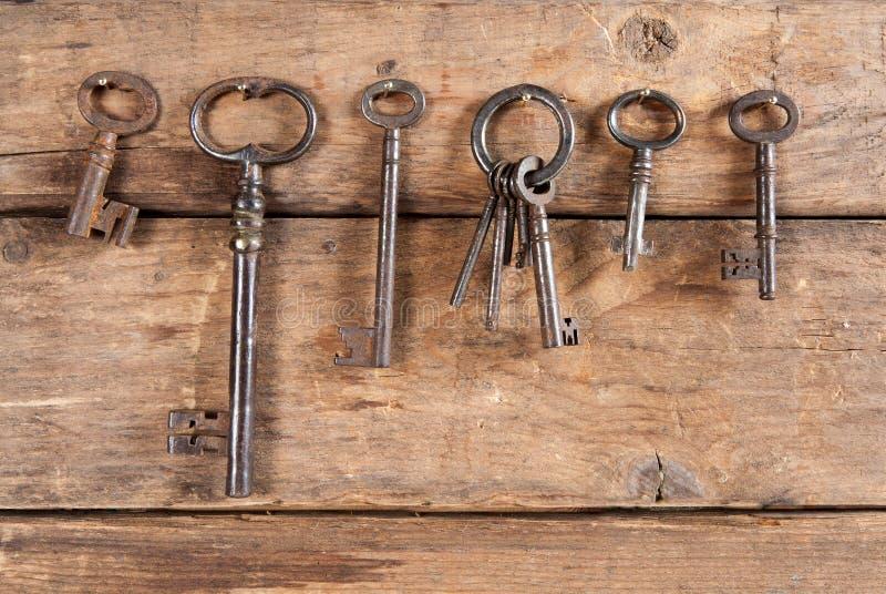 Κρεμώντας σκουριασμένα κλειδιά στοκ φωτογραφία