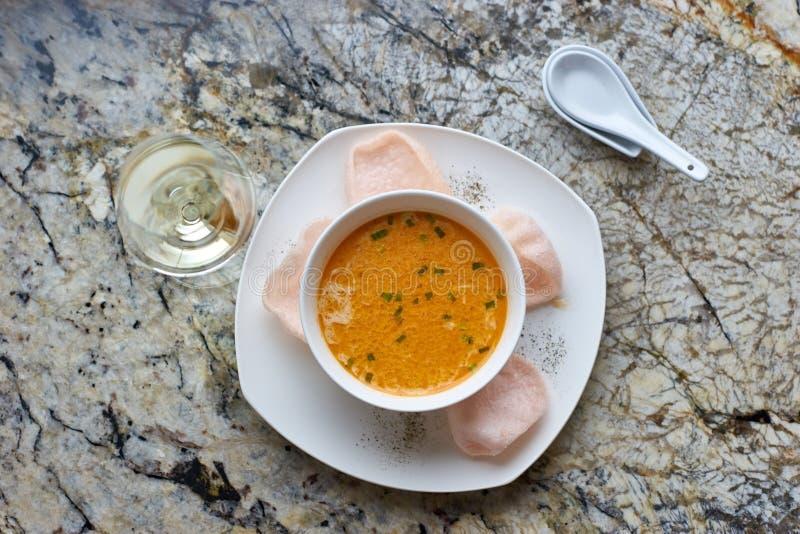 Κρεμώδης σούπα καβουριών στο μαρμάρινο υπόβαθρο στοκ φωτογραφία