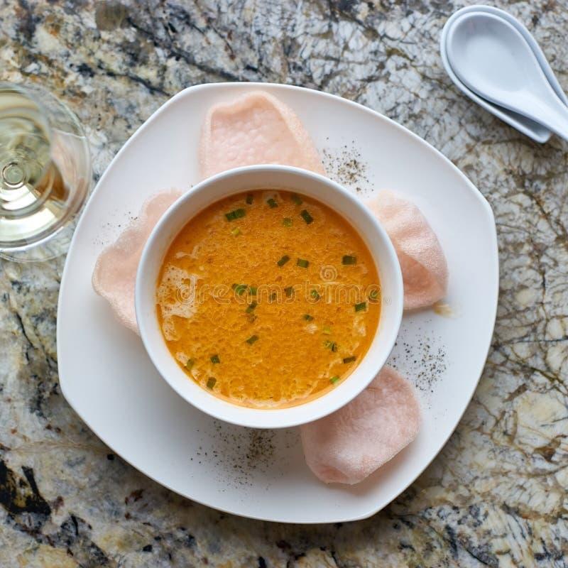 Κρεμώδης σούπα καβουριών στο μαρμάρινο υπόβαθρο στοκ εικόνα με δικαίωμα ελεύθερης χρήσης