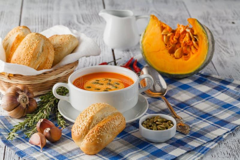 Κρεμώδης σούπα κολοκύθας που ολοκληρώνεται με τους σπόρους και την κρέμα κολοκύθας σε ένα whi στοκ φωτογραφία με δικαίωμα ελεύθερης χρήσης