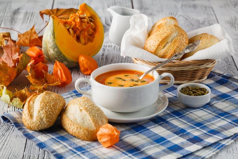 Κρεμώδης σούπα κολοκύνθης butternut που ολοκληρώνεται με τους σπόρους και την κρέμα κολοκύθας στοκ φωτογραφία