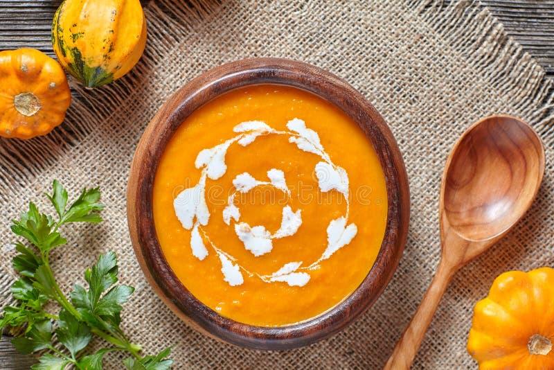Κρεμώδη ψημένα κολοκύθας πικάντικα σούπας παραδοσιακά χορτοφάγα σπιτικά τρόφιμα διατροφής φθινοπώρου φυτικά υγιή οργανικά στοκ εικόνες με δικαίωμα ελεύθερης χρήσης