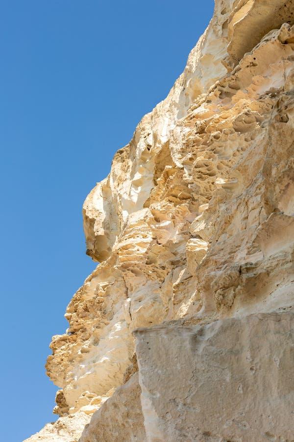 Κρητιδικός βράχος θαλασσίως με μια άποψη του μπλε ουρανού στοκ εικόνες με δικαίωμα ελεύθερης χρήσης