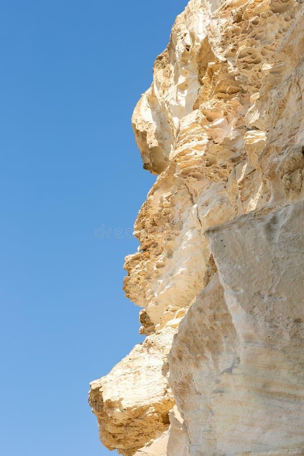 Κρητιδικός βράχος θαλασσίως με μια άποψη του μπλε ουρανού στοκ εικόνες