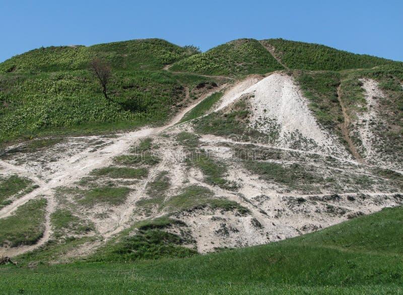 Κρητιδικός λόφος με τις πορείες και την πράσινη χλόη στοκ φωτογραφία με δικαίωμα ελεύθερης χρήσης
