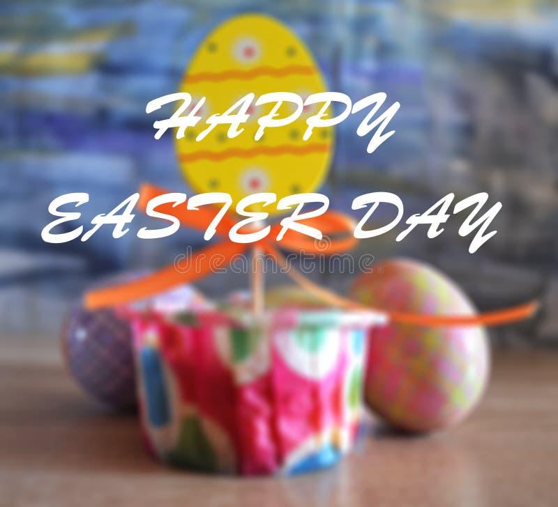 Κρητιδογραφία και ζωηρόχρωμα αυγά και κέικ Πάσχας με την ευτυχή λέξη Πάσχας διανυσματική απεικόνιση