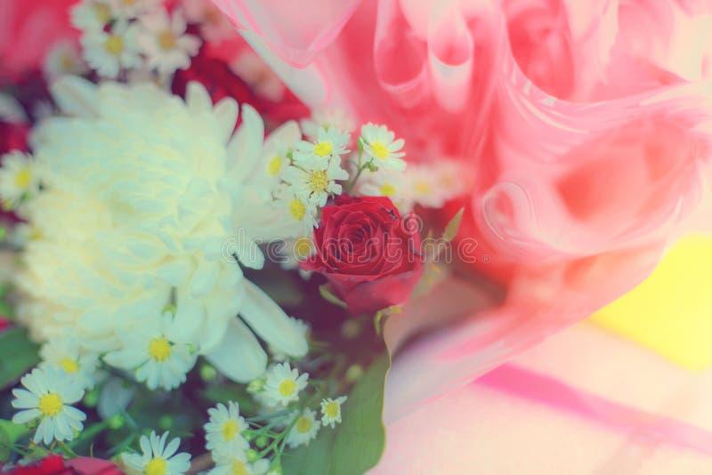 Κρητιδογραφία ανθοδεσμών εορτασμού τριαντάφυλλων άνοιξη ρυθμίσεων λουλουδιών στοκ φωτογραφίες