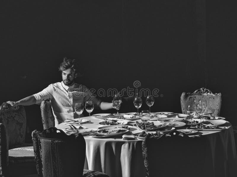 Κριτικός εστιατορίων Το όμορφο άτομο πίνει το κρασί στοκ εικόνες