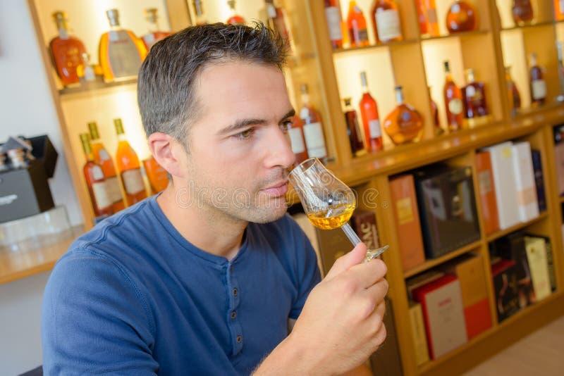 Κριτικός που μυρίζει το κρασί στοκ εικόνα