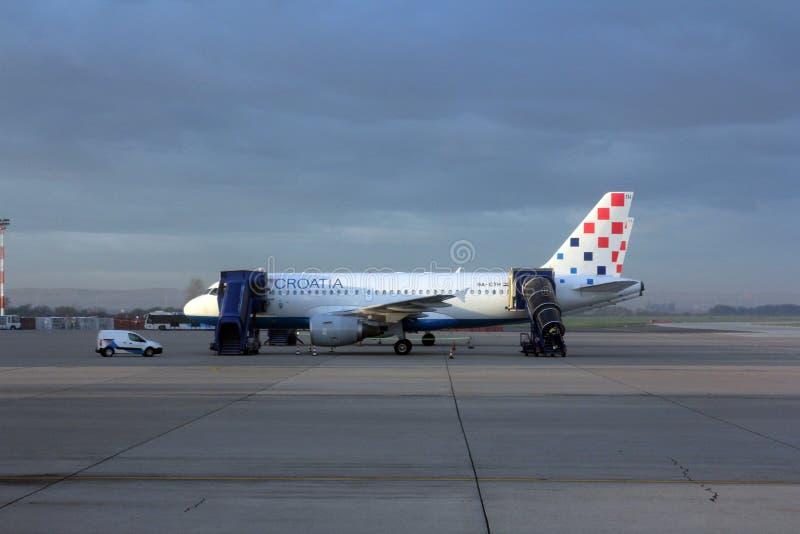 Κροατία Aerlines A319 που συντηρείται από το επίγειο πλήρωμα στο Ζάγκρεμπ στοκ εικόνες