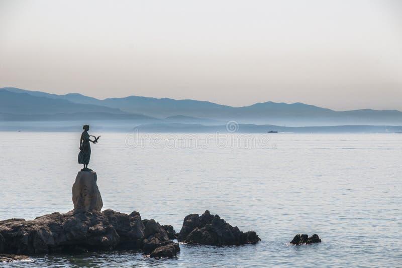Κροατία Opatija το κορίτσι με seagull στοκ φωτογραφία με δικαίωμα ελεύθερης χρήσης