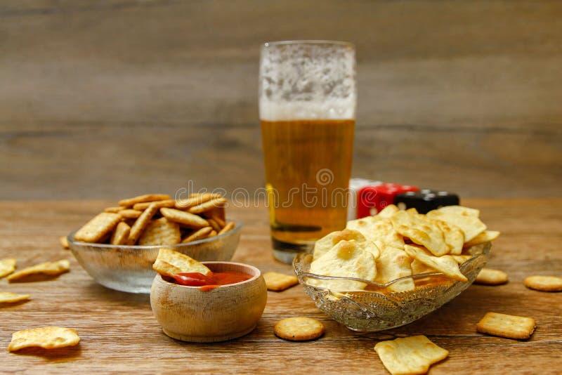 Κροτίδες με τις σάλτσες και την μπύρα στοκ εικόνες