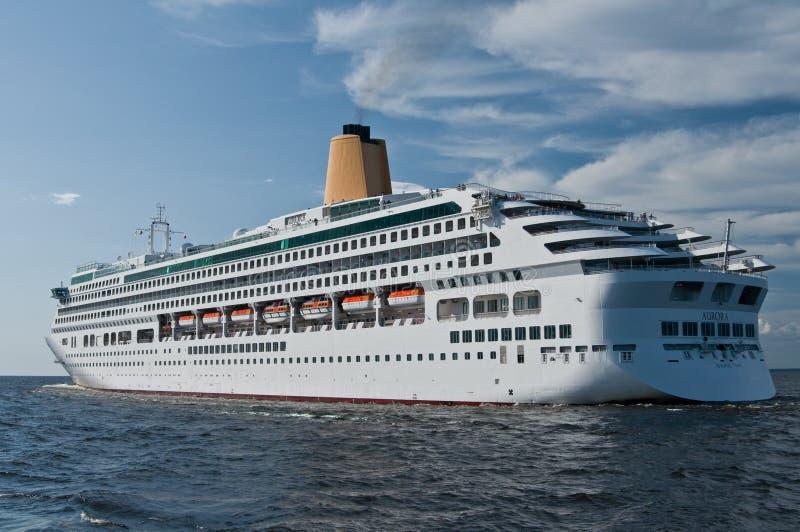Κρουαζιέρας σκάφος που αφήνει Άγιο Πετρούπολη στοκ φωτογραφίες με δικαίωμα ελεύθερης χρήσης