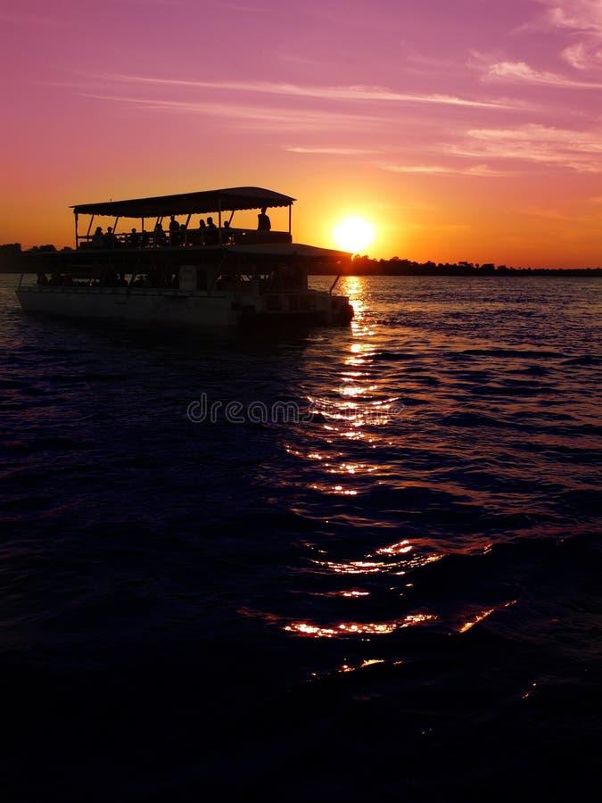 Κρουαζιέρα ηλιοβασιλέματος πέρα από Ζαμβέζη στοκ εικόνες